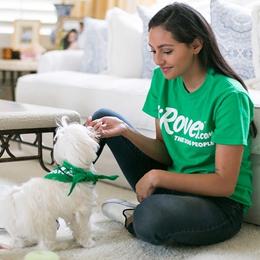 cuidadora de Rover con perro